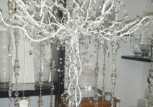 Árbol con piedras y velas colgantes
